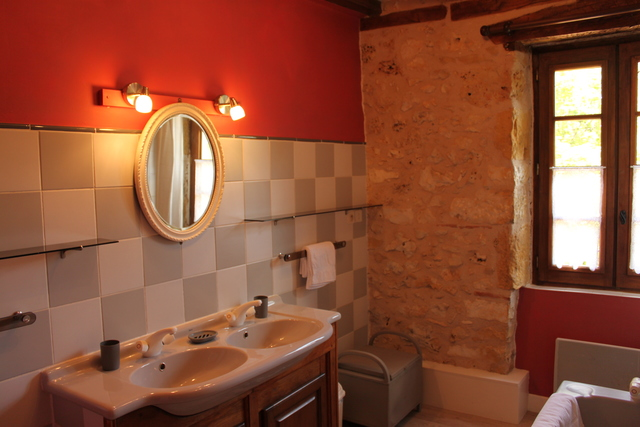 La Chataigne family bathroom (shared by double bedroom and bunk bedroom)